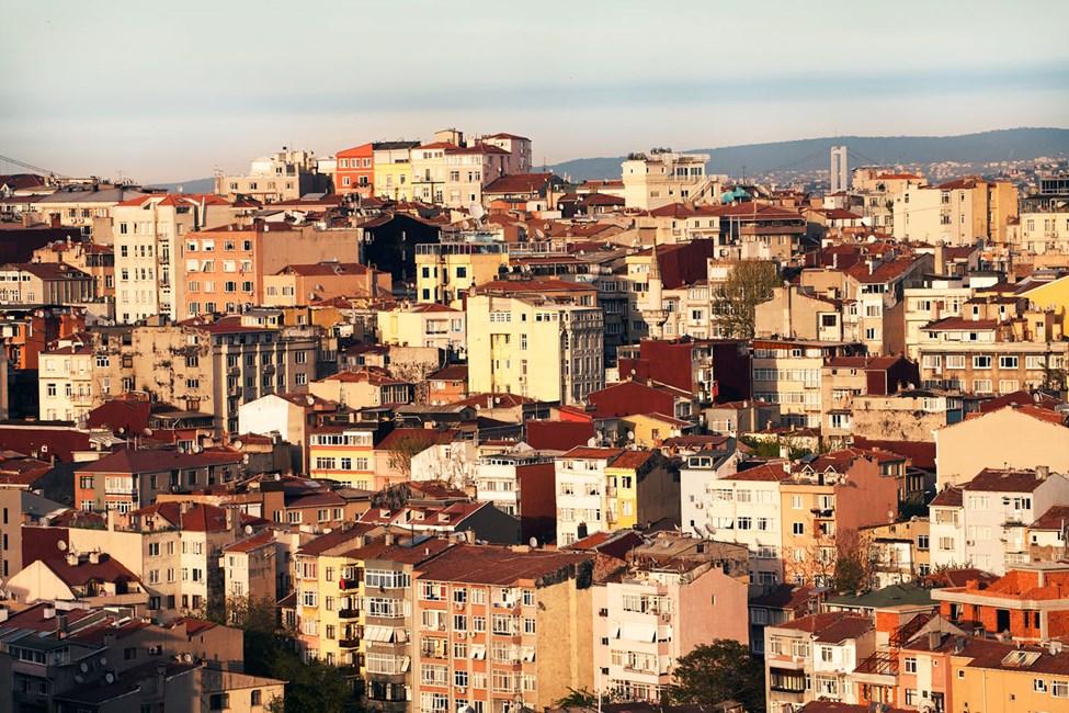 Morgensol over bydelen Cihangir med Bosporusstredet i bakgrunnen.