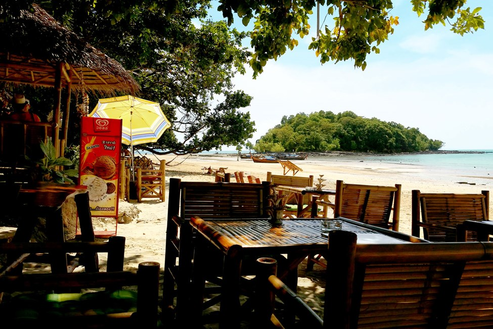 Restaurant på stranden i Klong Muang