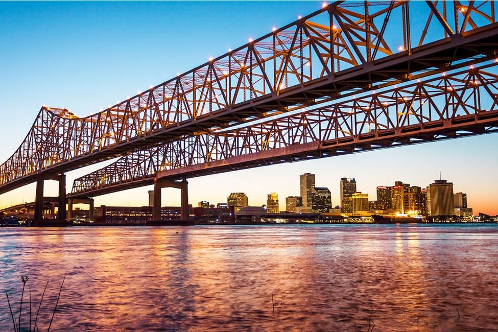Crescent City Connection Bridge med New Orleans Skyline i bakgrunnen