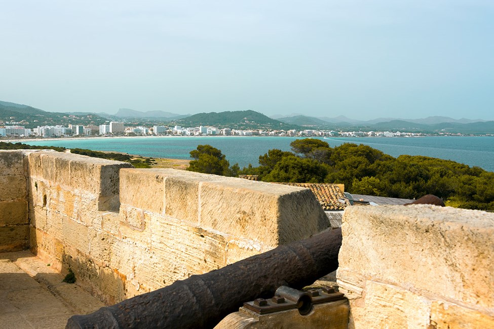 Den gamle festningen Punta de N'Amer i nærheten av Sa Coma, med Cala Millor i bakgrunnen