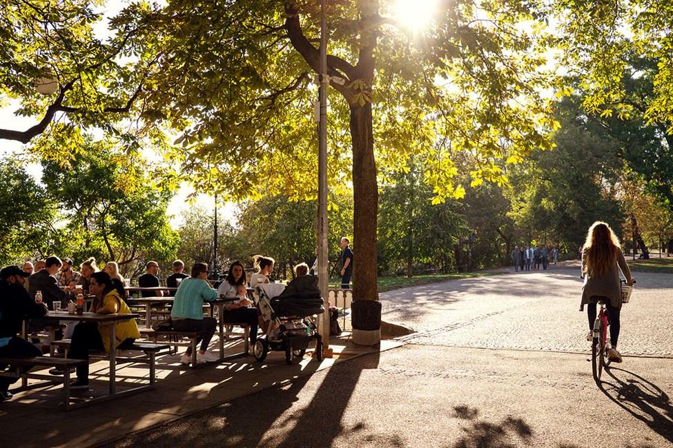 Uteservering i Letná Beer Garden