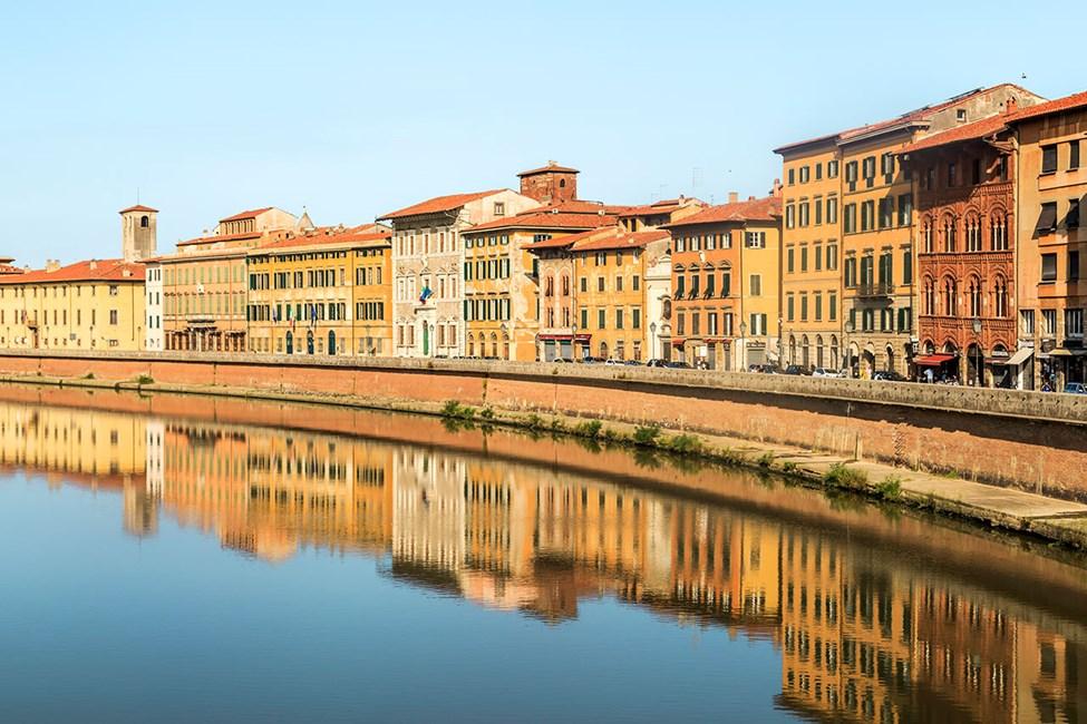 Elven Arno er kantet med historiske bygninger