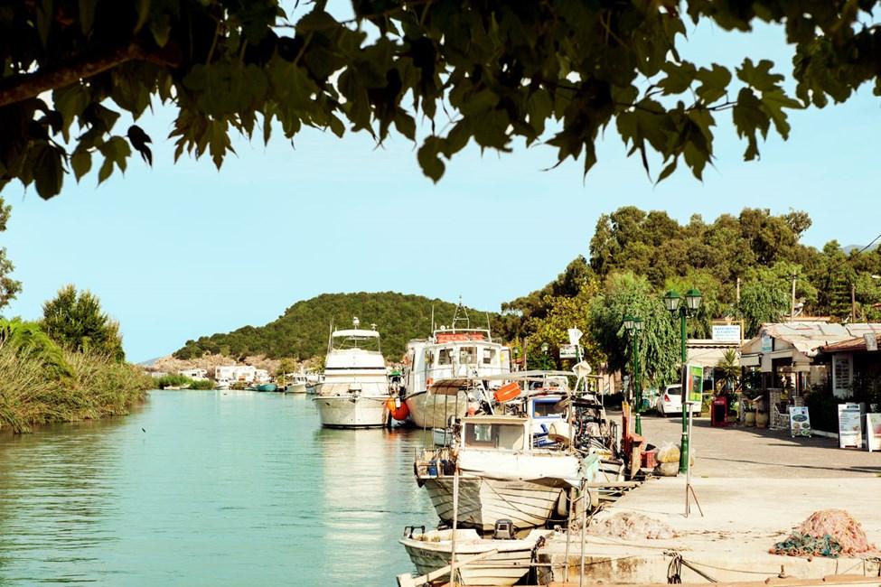 Ved elven Acheron ligger det flere fiske- og skalldyrsrestauranter.