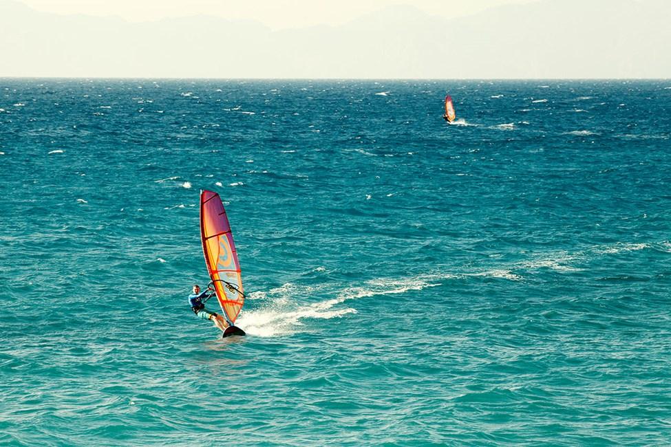 Rhodos' vestkyst passer fint for windsurfing