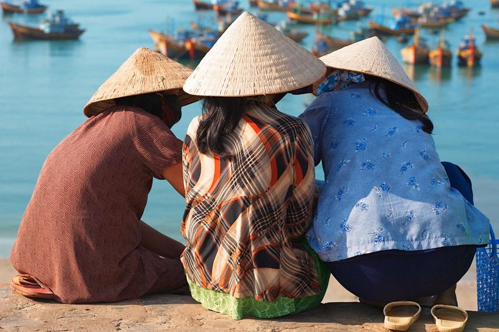 Kvinner med stråhatter i fiskerlandsby, Mui Ne