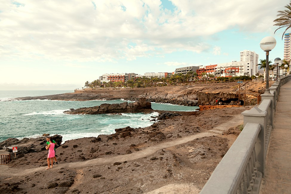 I Playa Paraiso kan du gå langs klippene og nyte utsikten over Atlanterhavet