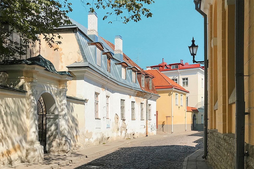 Hyggelige små gater i gamlebyen i Tallinn